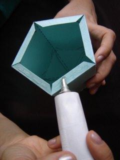nanošenje lepka na donji deo